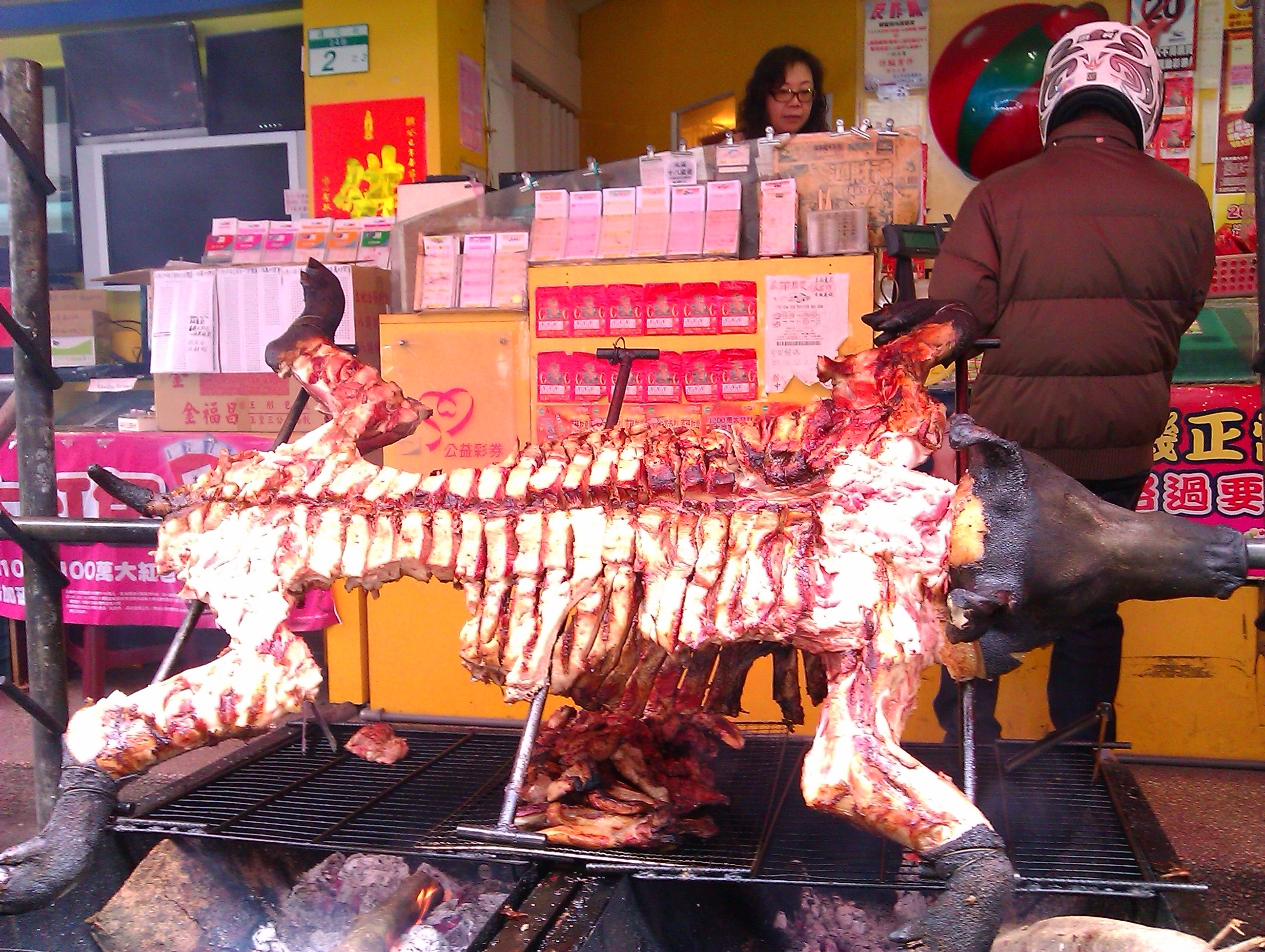 ganzes schwein im supermarkt