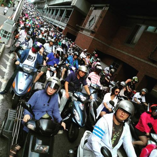 Scooter auf der Taipei Bridge in Taipeh