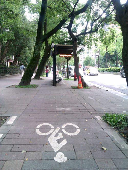 Bushaltestelle mitten auf dem Radweg