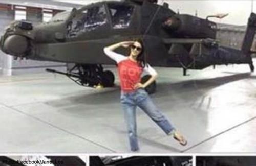 Janet Lee vor Apache-Hubschrauber