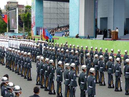 Tsai Ing-wen hält ihre Rede vor angetretenen Soldaten