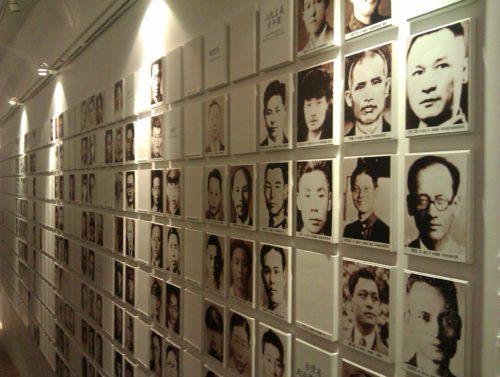 Bilder von Opfern im Nationalen 228-Museum in Taipeh