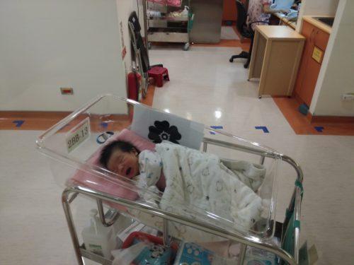 Baby auf der Säuglingsstation