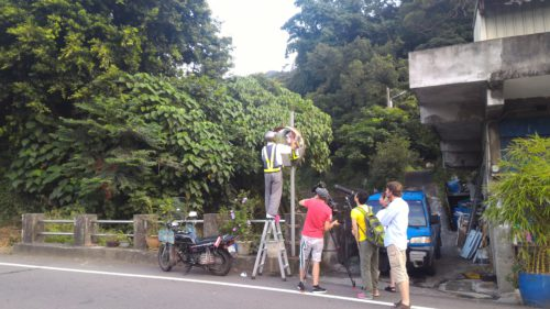 Cleaning traffic mirrors in Taiwan